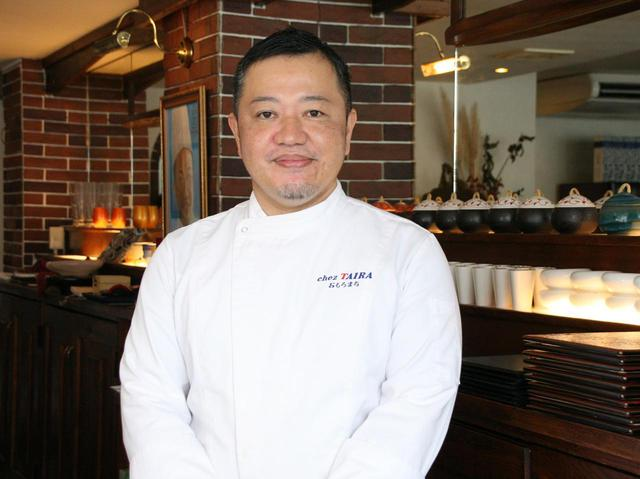 画像: オーナーシェフの平良朝政さん。ホテルの料理長だった腕&沖縄の食材も大切にするこだわりも素敵