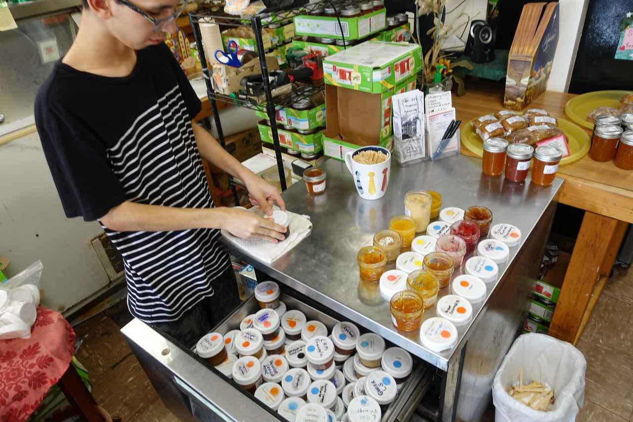 画像: ミスターエドズベーカリーの店内でジャムの試食もできます