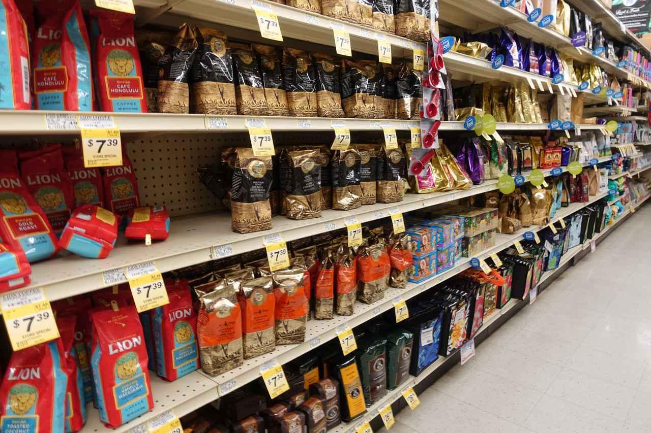 画像: KTAのコーヒー棚。20種類以上のコーヒーブランドが揃います