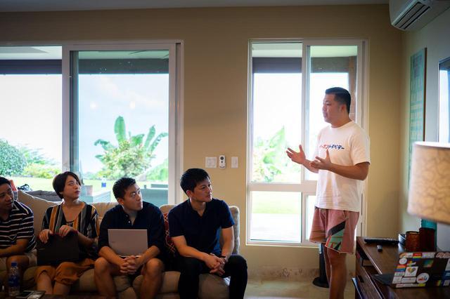 画像: ワーケーションプログラムの様子。参加者に「休み方」の重要性を話す東松氏