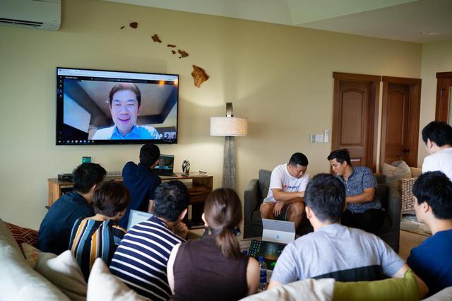 画像: 慶應義塾大学・島津明人教授とのテレビ会議の様子