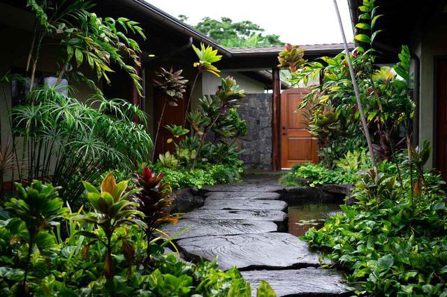 画像: オリエンタルな雰囲気の中庭