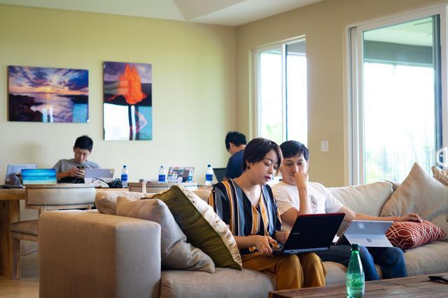 画像: 思い思いに仕事する参加者たち