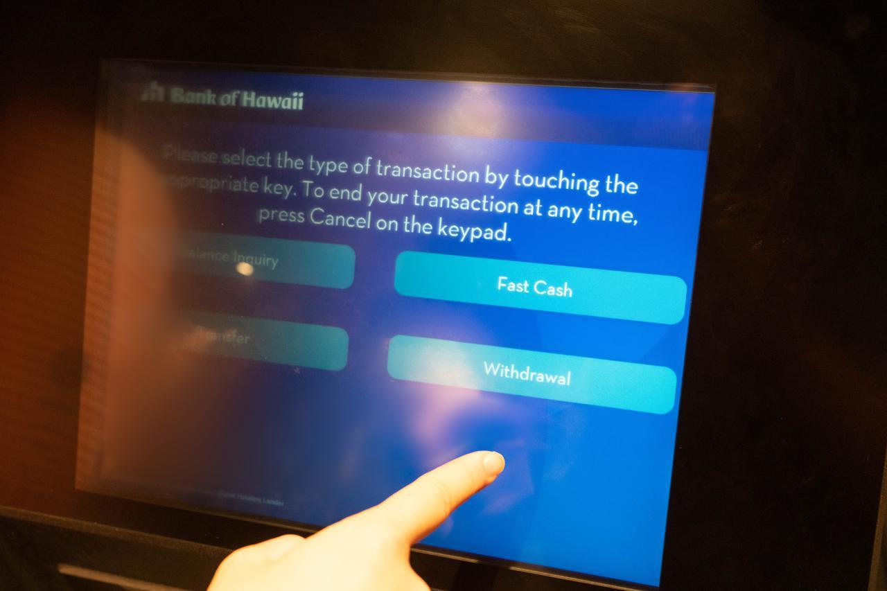 画像: 【ATMでの現金の引き出し方3】取引内容の中から「引き出し(Withdrawal)」を選択。