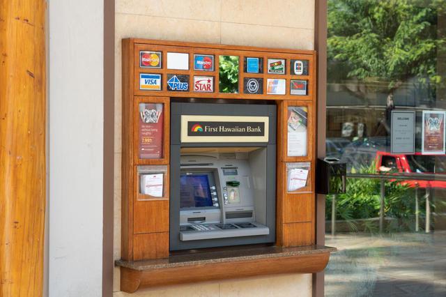 画像: 2.事前両替より安心で効率的。現地ATMで必要な分の現金を引き出す