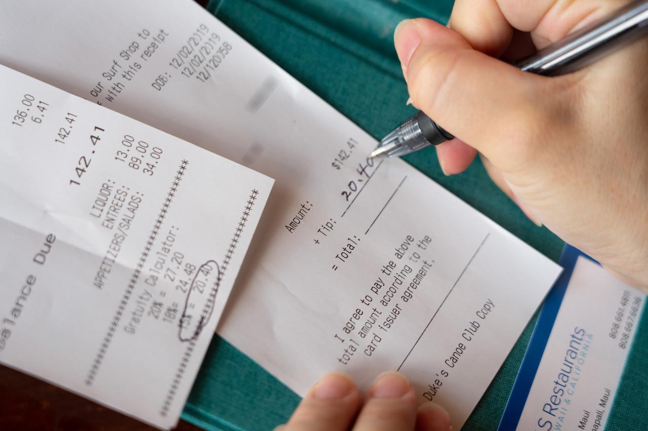 画像3: 【チップの支払い方4】店用のレシートにチップと合計額を記入し、サインします。
