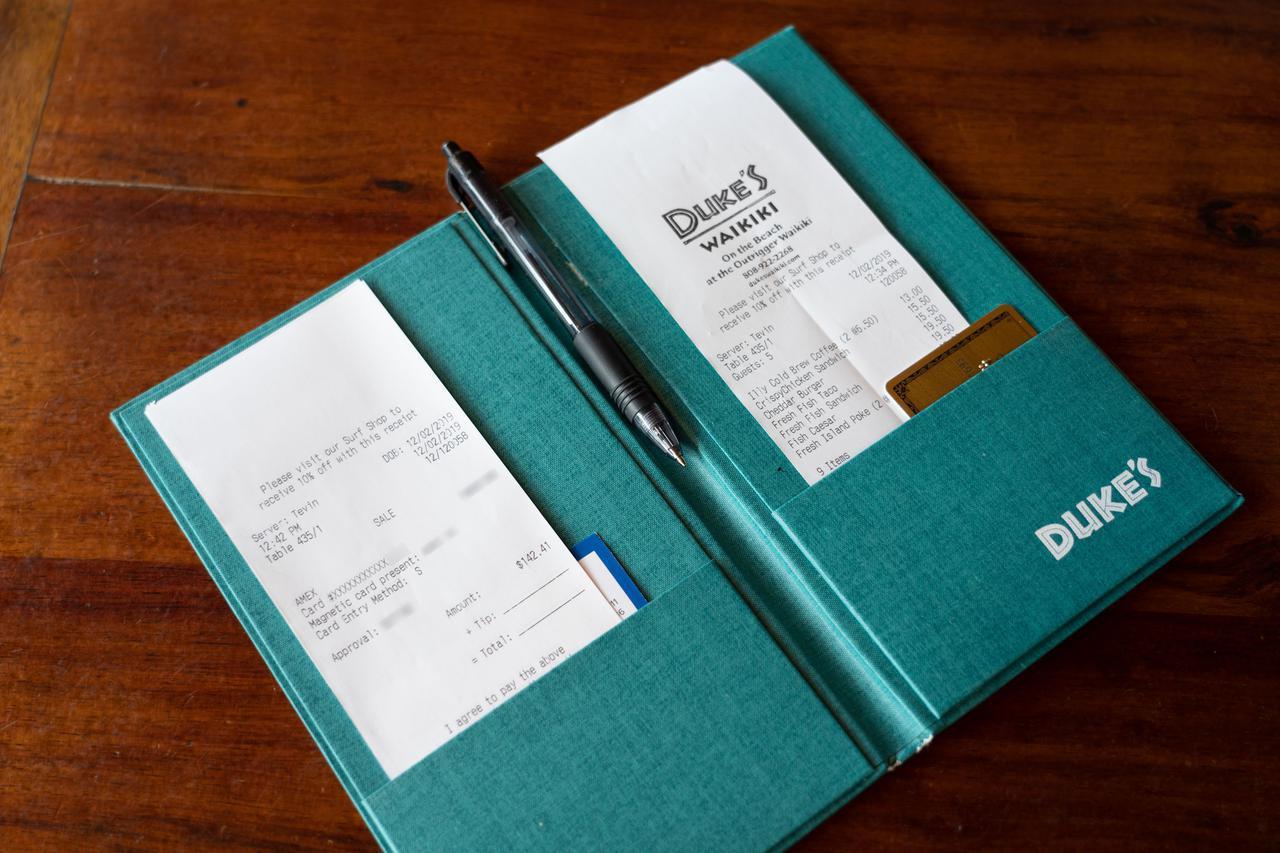 画像: 【チップの支払い方3】クレジットカードと一緒に、2枚のレシートが挟まって戻されます。