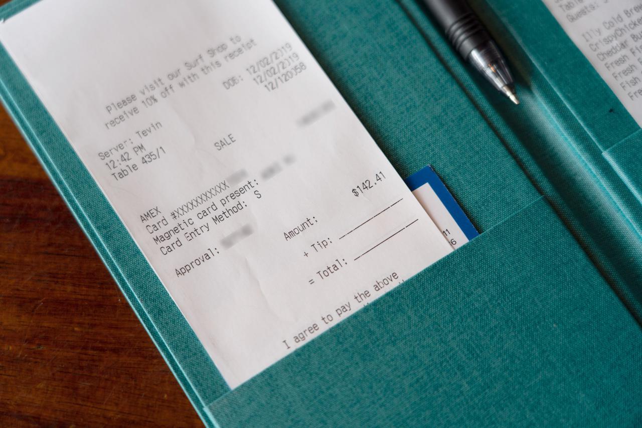 画像1: 【チップの支払い方4】店用のレシートにチップと合計額を記入し、サインします。