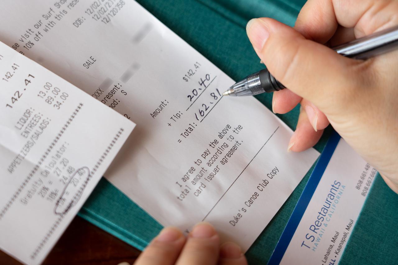 画像4: 【チップの支払い方4】店用のレシートにチップと合計額を記入し、サインします。