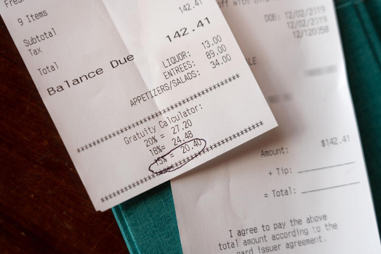 画像2: 【チップの支払い方4】店用のレシートにチップと合計額を記入し、サインします。
