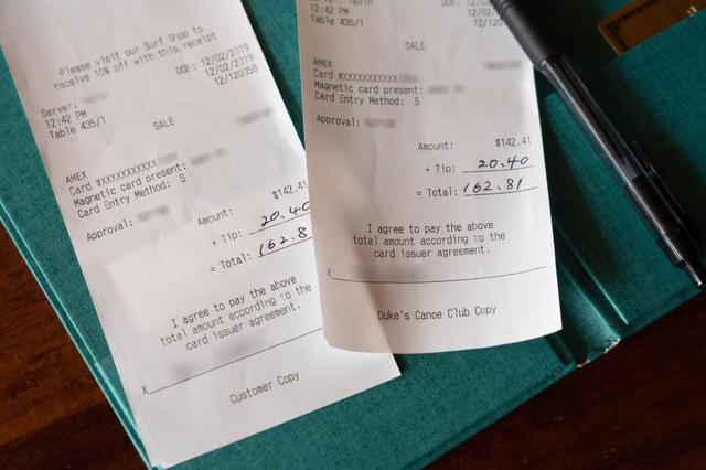 画像5: 【チップの支払い方4】店用のレシートにチップと合計額を記入し、サインします。