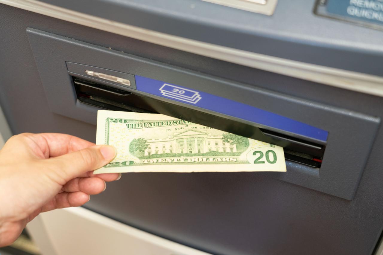 画像: 【ATMでの現金の引き出し方6】現金を受け取ります。