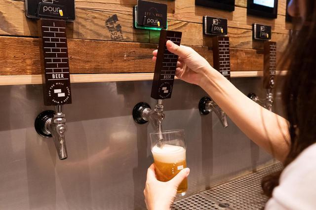 """画像8: 3.人気のクラフトビールは""""量り売り""""で楽しむ。「オフ・ザ・ウォール」"""