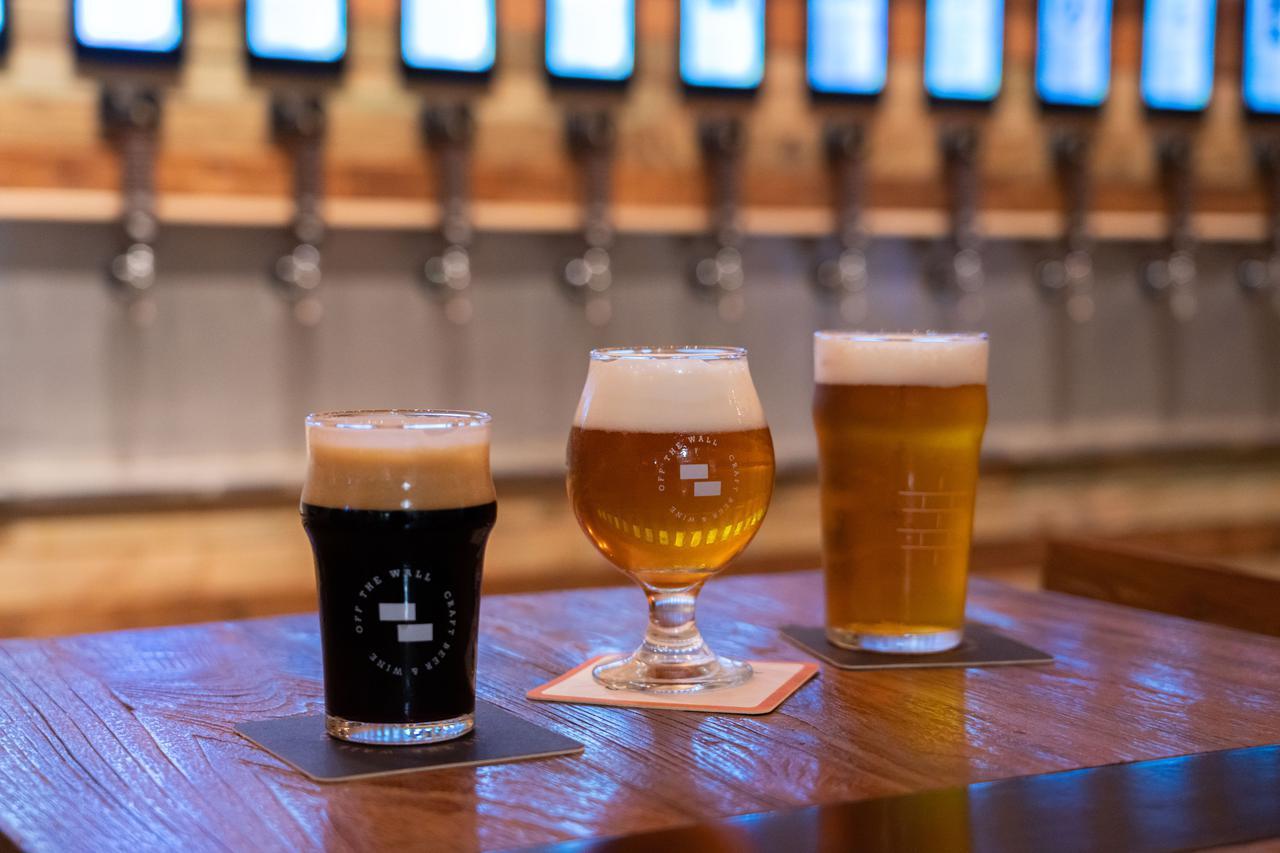 """画像1: 3.人気のクラフトビールは""""量り売り""""で楽しむ。「オフ・ザ・ウォール」"""