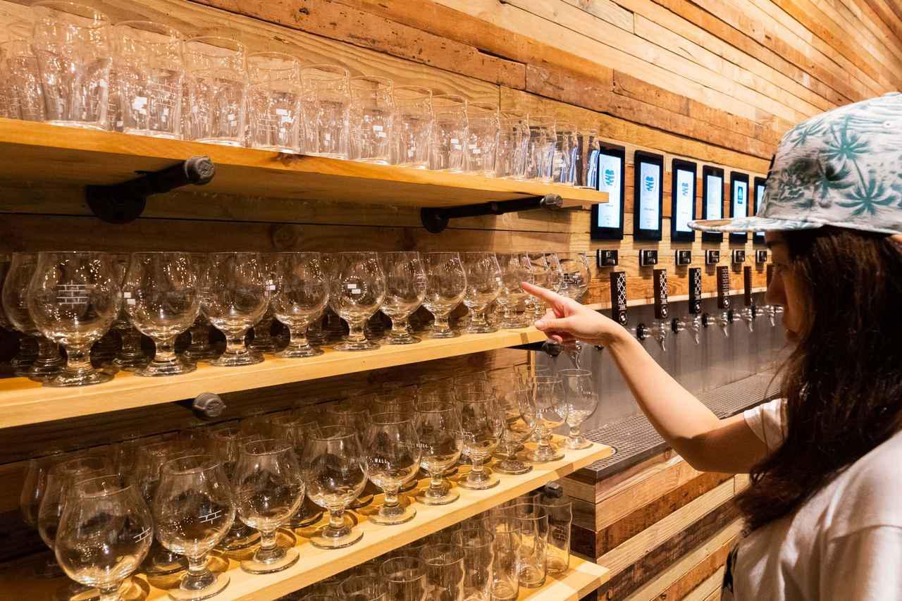 """画像5: 3.人気のクラフトビールは""""量り売り""""で楽しむ。「オフ・ザ・ウォール」"""
