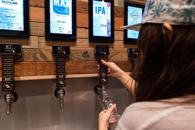 """画像7: 3.人気のクラフトビールは""""量り売り""""で楽しむ。「オフ・ザ・ウォール」"""