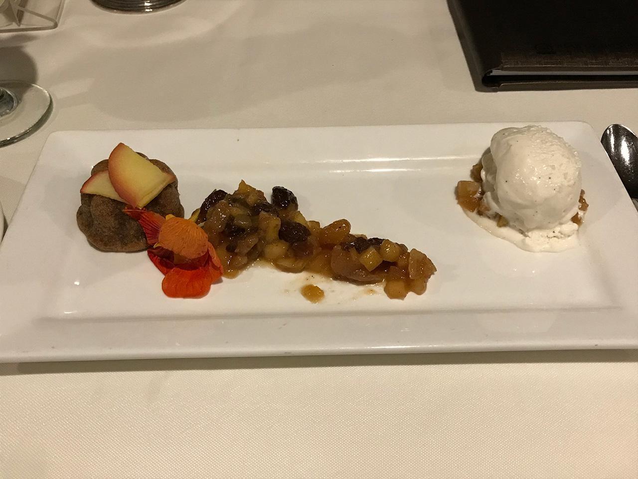 画像: スパイスアップルケーキ、タヒチアンバニラジェラート添え