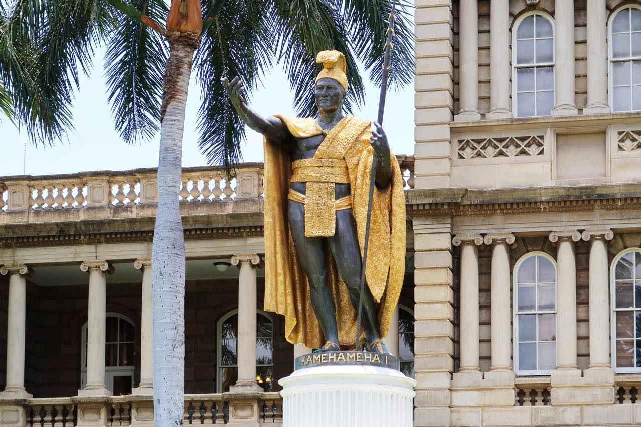 画像: イオラニ宮殿の向かいに建つカメハメハ大王像にも立ち寄ってみてください