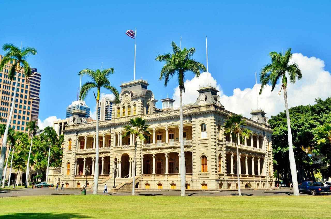 画像: イオラニ宮殿でかつてのハワイ王朝の足跡をたどってみましょう