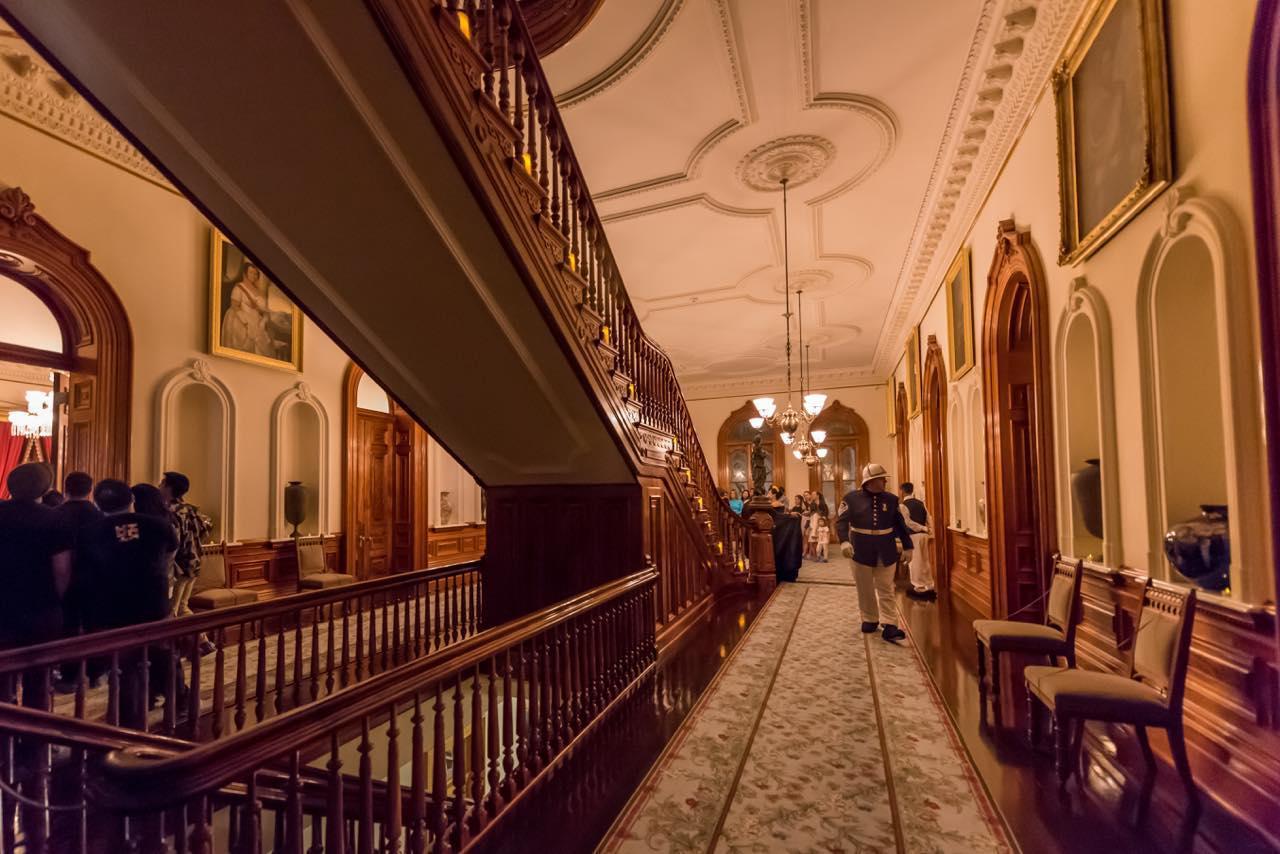 画像: イオラニ宮殿の音声付きセルフガイドツアーはマイペースに見学できておすすめ (c)Phillip B. Espinasse / Shutterstock.com