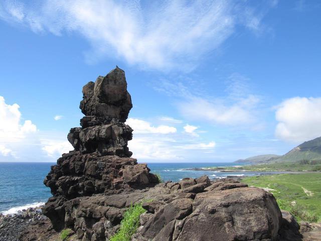 画像: 海に向かって立つ、塔のような黒い岩がペレの椅子