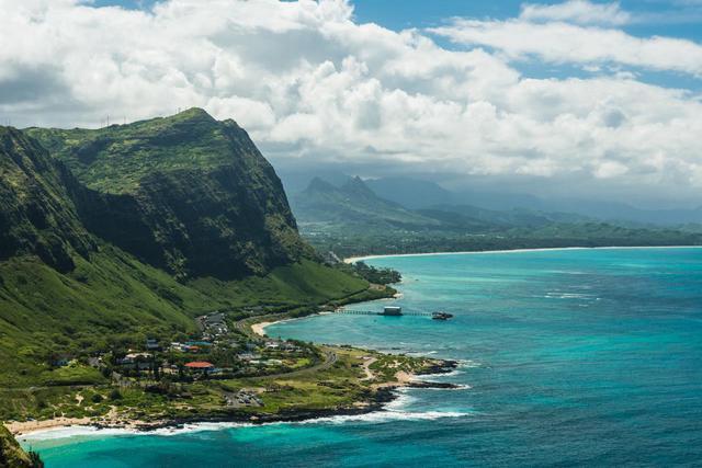 画像: 展望台からの海と山の絶景は迫力満点 (c) Shutterstock.com