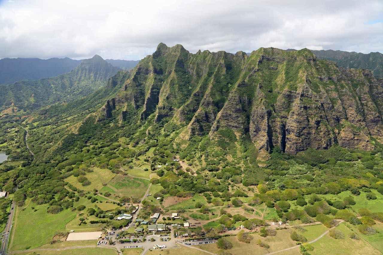 画像: 険しい岩肌と生い茂る緑がダイナミックな景観を作っています (c) Shutterstock.com