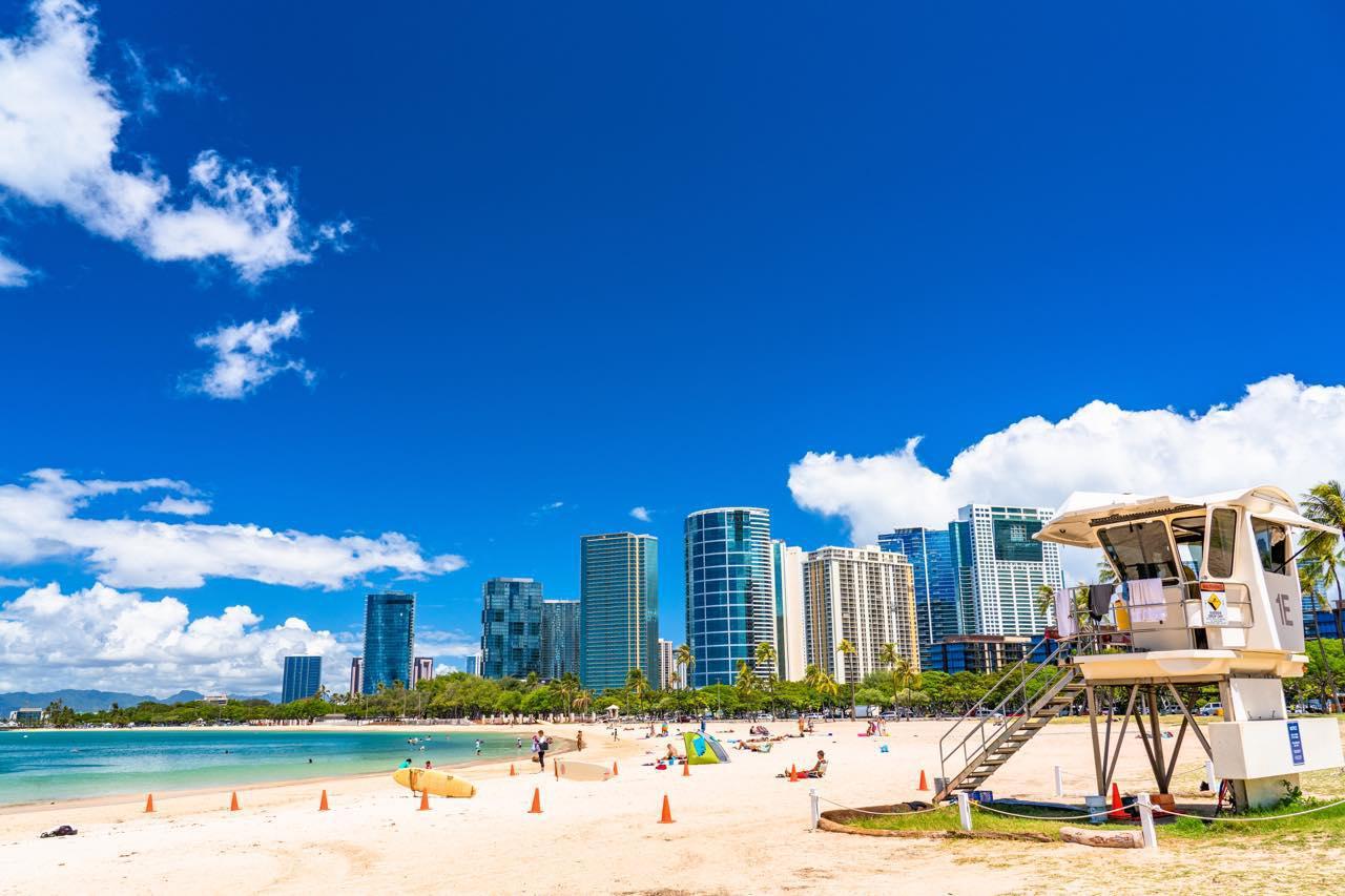 画像: アラモアナセンターから徒歩で数分のところにあるビーチ