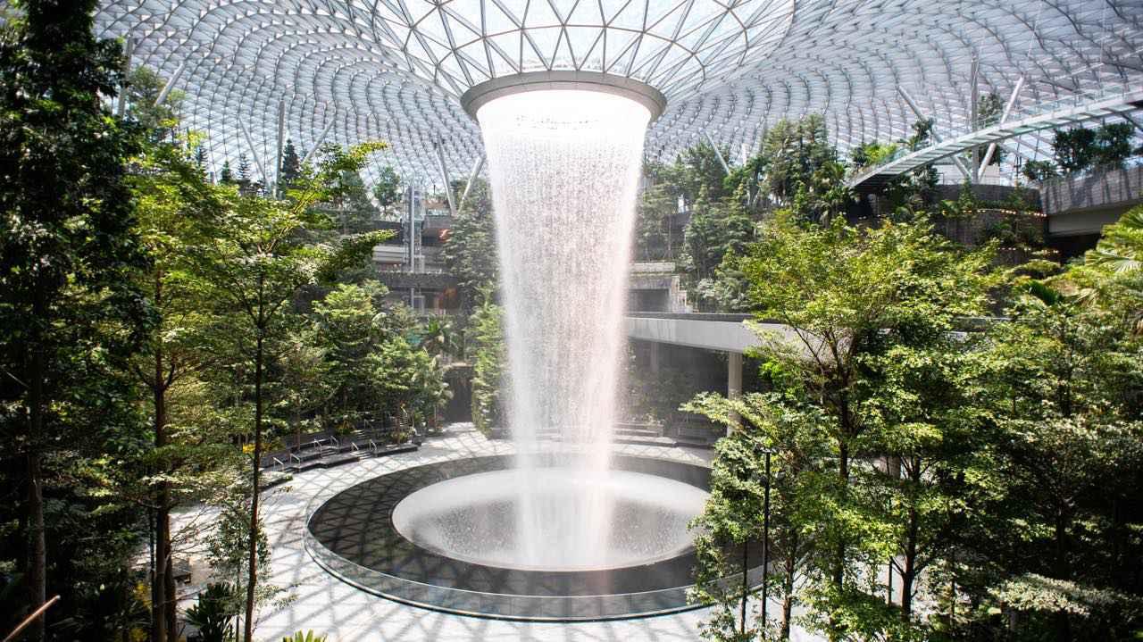 画像: 美しい人工の滝が話題のHSBCレイン・ヴォルテックス 写真提供:Changi Airport Group