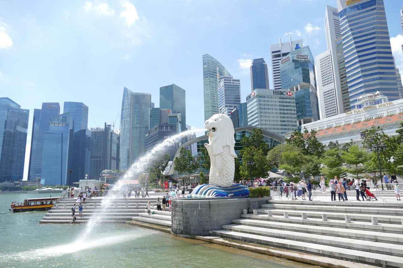 画像: 高さ8.6m、重さ70tの像のほかに、ひと回り小さなマーライオン像も園内にあります