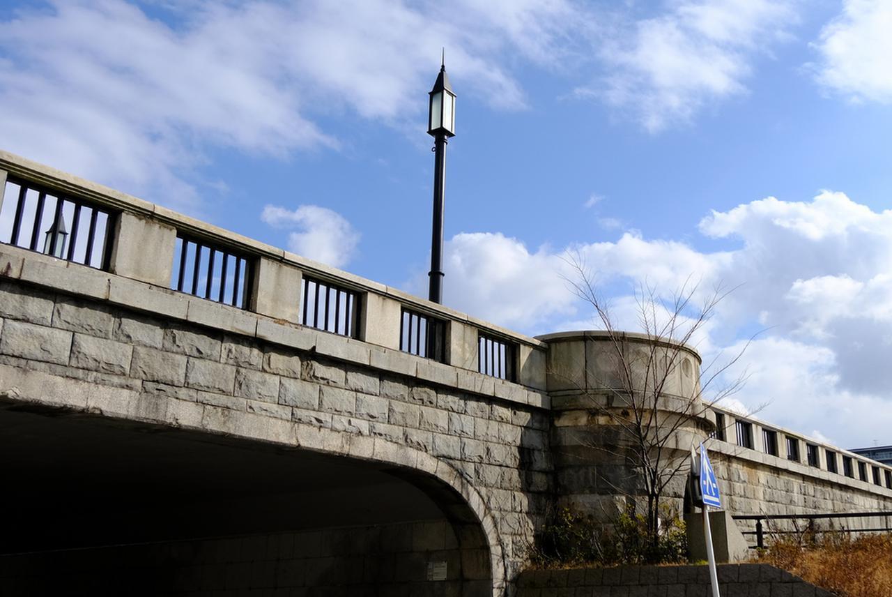 画像: 萬代橋はかつての照明灯が復元され、等間隔に付けられていました。また欄干にはLED照明がつけられ、夜のライトアップも行われています。夜のとばりが下りて信濃川にリフレクションする姿もまた、新潟の象徴的な橋であることを印象付けることでしょおう。