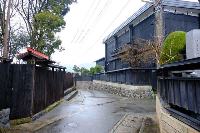 画像: ランチの後は帰るまでの2時間で村上の街歩き。新多久からの帰り道には黒塀連なる通り、その名も「黒塀通り」があります。