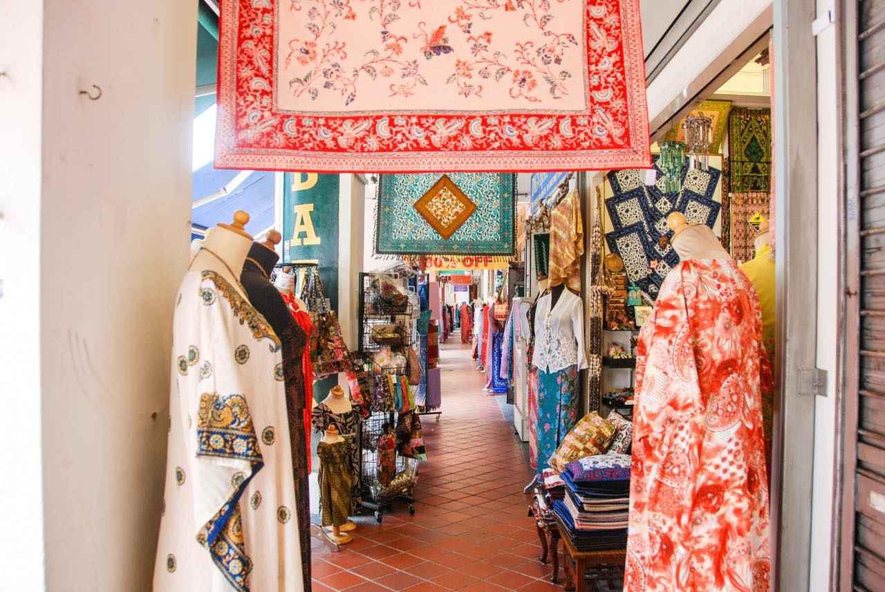 画像: それぞれの街で洋服や服飾小物などその民族らしい生活用品も取り扱う