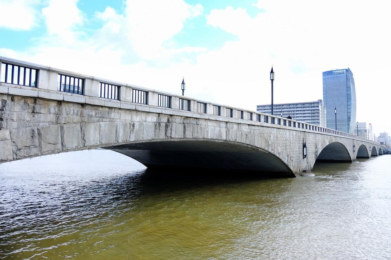 画像: 萬代橋です。現在は三代目の橋で、そのデザイン性や建設当時の構造技術が優れていることなどから、国の重要文化財に指定されています。