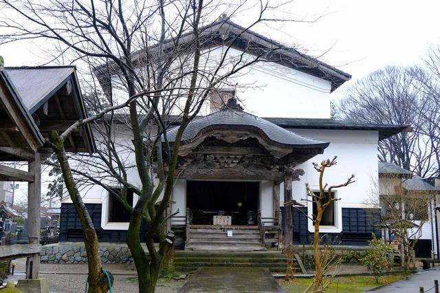 画像: 黒塀通りのあたりは昔の寺町。ここには国の重要文化財に指定されている「浄念寺」があります。珍しい、白壁土蔵のお寺で、正面には大きな唐破風があります。