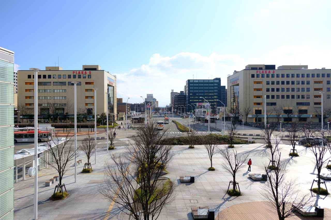 画像: 新潟駅へ戻り、この日の宿「村杉温泉長生館」の無料送迎バスに乗ります。新潟駅南口のロータリーに迎えに来てくれます。