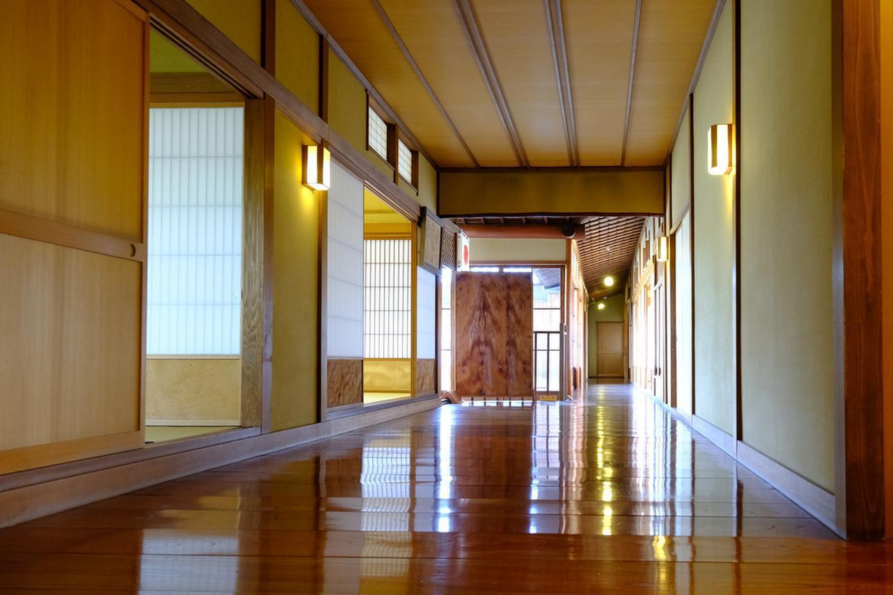 画像: つやつやの廊下。こちらは主に客人を迎えるために使われていた建物で、元の家はこの5倍くらいあったとか。