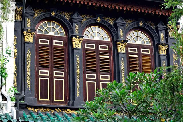 画像: 瀟洒な建物が並ぶ閑静な住宅街。美しく細かな意匠にも注目 Shutterstock.com