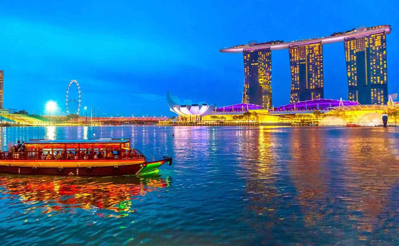 画像: レーザー・ショーの時間でなくても、ライトアップされた夜景は圧巻 Shutterstock.com