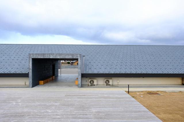 画像: 圧巻なのは建物裏側。傾斜をつけて瓦をより近くで見られるようになっています。屋根を真横から見る経験ってあまりないので、不思議な感覚になります。