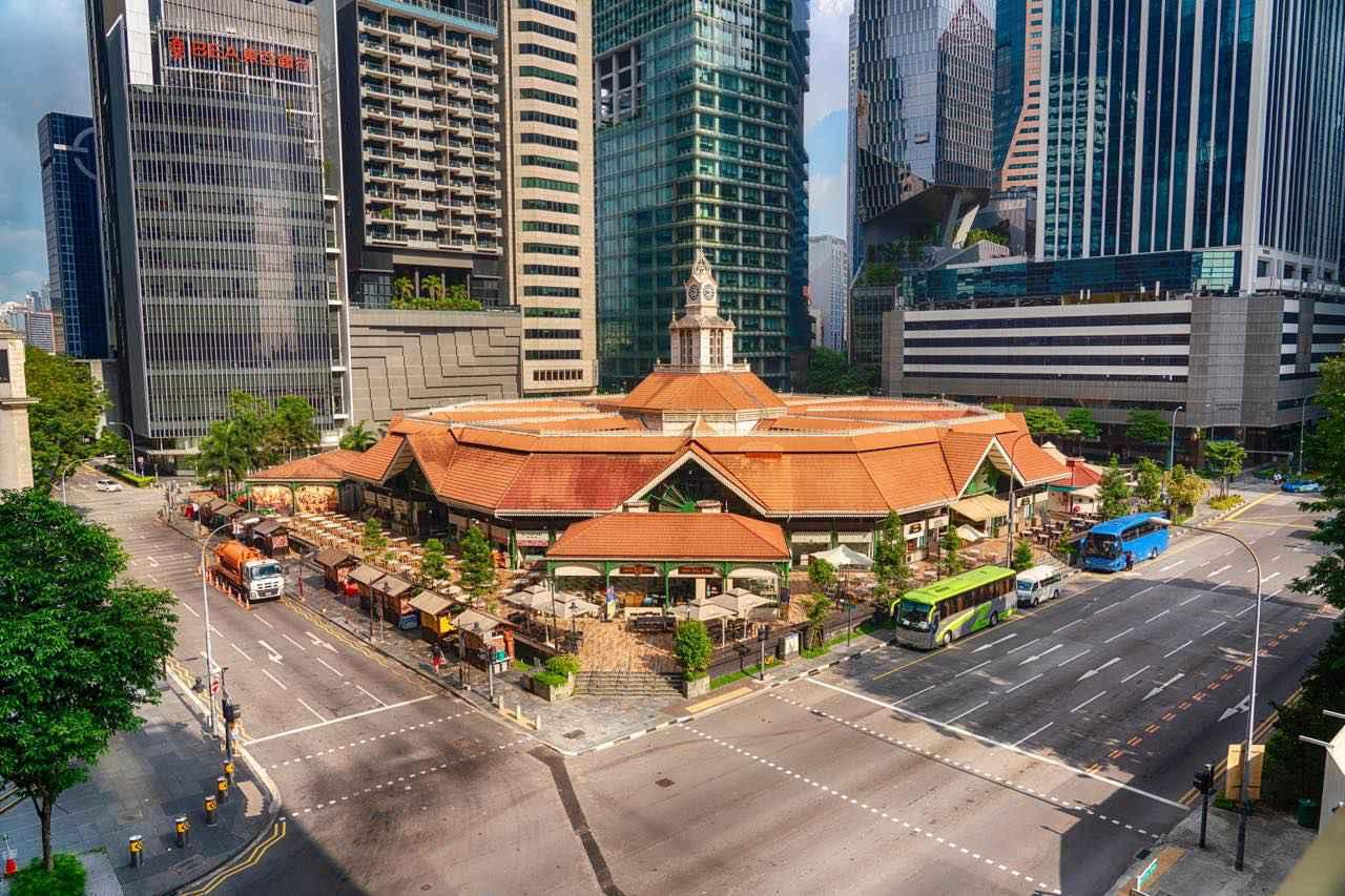 画像: 赤茶色の屋根が特徴的。建物の中は緑と白を基調としたコロニアル様式が素敵