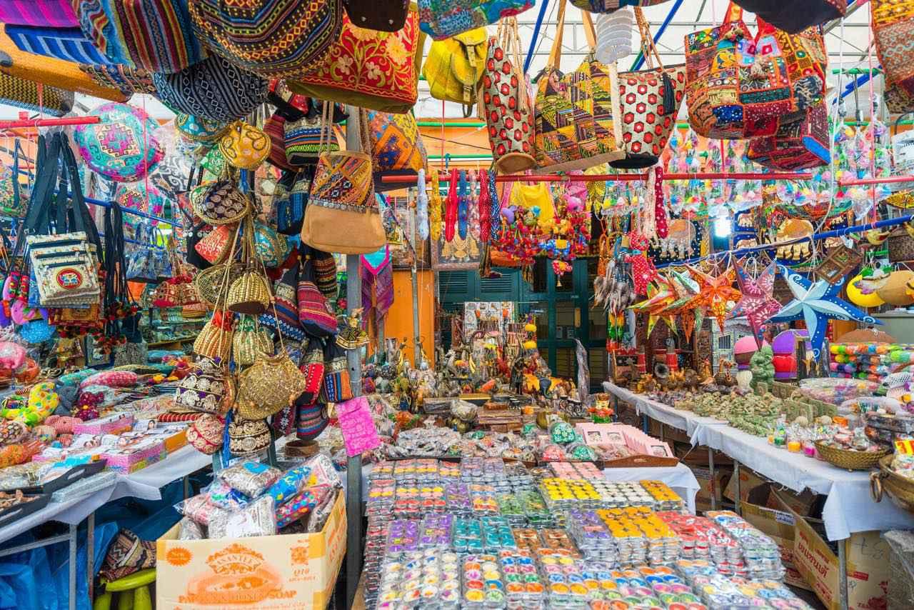 画像: アーケード街には鮮やかな小物がたくさん Sam's Studio / Shutterstock.com