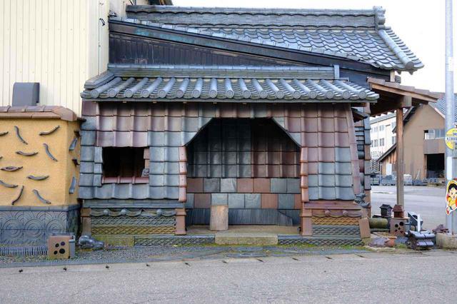 画像: 丸三安田瓦工業の前にある、瓦でできた珍しいバス停。安田瓦の鉄色瓦と赤瓦を組み合わせて工夫がなされています。