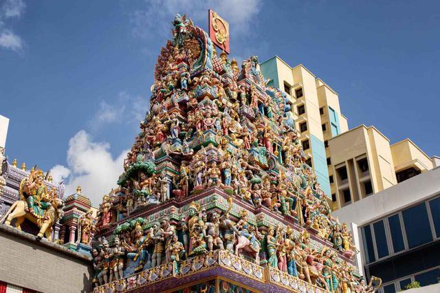 画像: スリ・ヴィーラマカリアマン寺院の塔門の彫刻は必見 Steve Lovegrove / Shutterstock.com