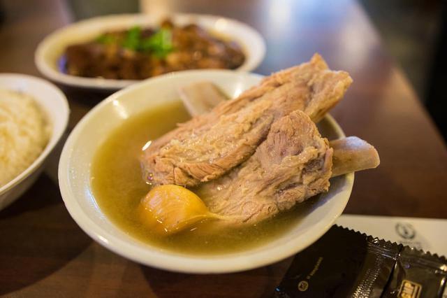 画像: 肉骨茶は骨付きの豚肉を漢方やにんにくで煮込んだもので、シンガポールの名物グルメ