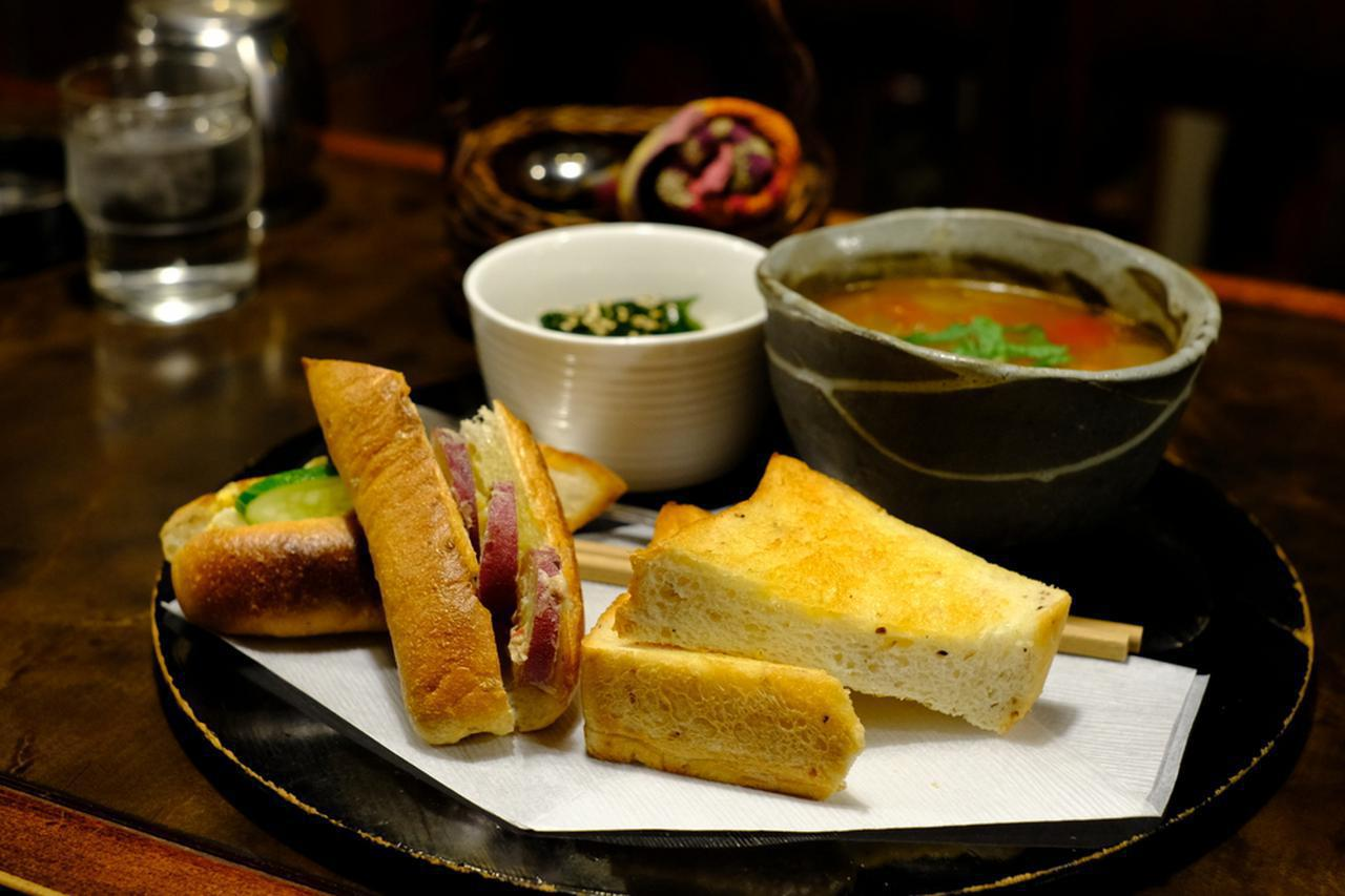 画像: 定番ランチ「スープと玄米パンサンドのランチ」は、ふわっとして食べやすい玄米パンにおかずを挟んだサンドイッチと、野菜たっぷりのミネストローネがついたメニュー。他に小さなサラダとコーヒーまでついて750円と、とってもお得で美味なランチでした。