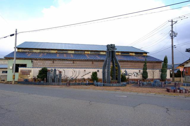 画像: 瓦の産地でもある安田地区。やすだ瓦ロードには瓦工場が並ぶ傍らに様々な瓦アートが展示されています。