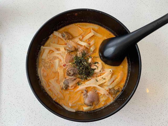 画像: ランチは328カトンラクサで。ラクサはシンガポールの麺類で辛さとマイルドさが絶妙 Shutterstock.com
