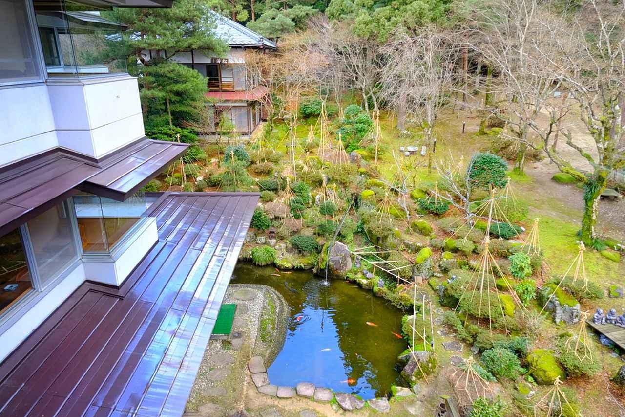 画像: 長生館にある23部屋と離れの2つは全て庭に面しており、四季折々の和風庭園を楽しむことができるようになっています。