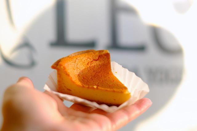 画像: ヤスダヨーグルトで使われている種菌を使いパンや焼き菓子を作っている「ベーカリーレーチェ」のケーキを購入。発酵バターの風味の、香ばしく焼かれたベイクドヨーグルトケーキです。